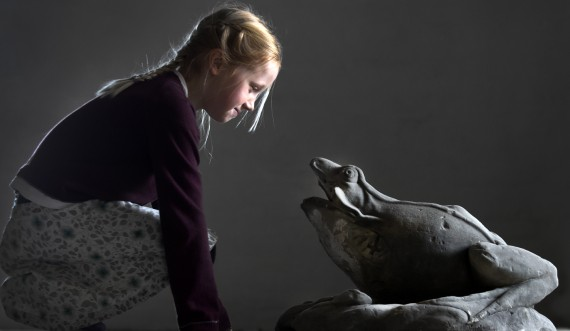 Girl with frog. Photo: Thorkild Jensen